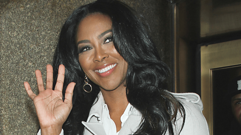Atlanta Housewife Kenya Moore STILL Wearing Wedding Ring!! (Pics)